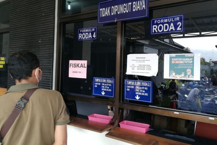 seorang wajib pajak menunggu berkas di depan loket fiskal di kantor Samsat Kota Solo, Berikut cara cek pajak kendaraan atau cek pajak kendaraan online, baik cek pajak mobil maupun cek pajak motor.