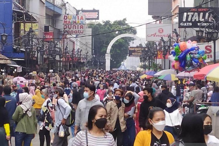 Masyarakat memadati kawasan pusat perbelanjaan di Jalan Dalem Kaum, Kota Bandung, Jawa Barat, Minggu (9/5/2021).