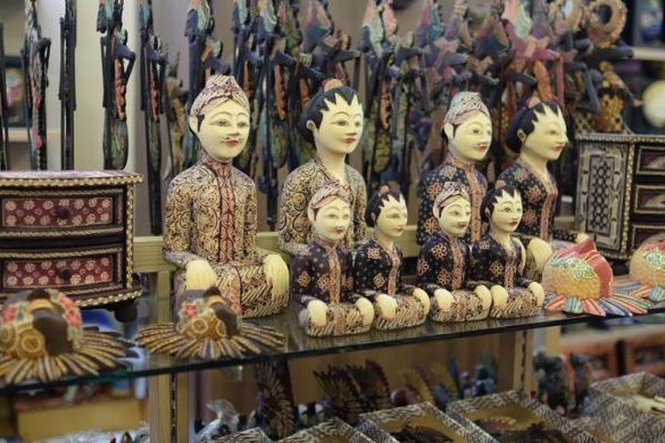 Berbagai macam varian produk hasil kerajinan berbentuk lemari kecil, patung, wayang, dan topeng yang ditawarkan di outlet Catur Batik Wood.