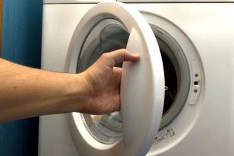 Tunggu sampai cucian sudah banyak. Beberapa mesin cuci hemat energi memiliki pengaturan khusus yang akan mengurangi penggunaan air untuk sedikit cucian.