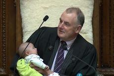 Viral, Politisi Pria Selandia Baru Susui Bayi Saat Sidang Parlemen