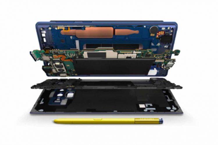 Ilustrasi komponen internal Galaxy Note 9. Sistem pendingin water cooling terlihat berbentuk lempengan logam dengan warna tembaga di bagian atas gambar.