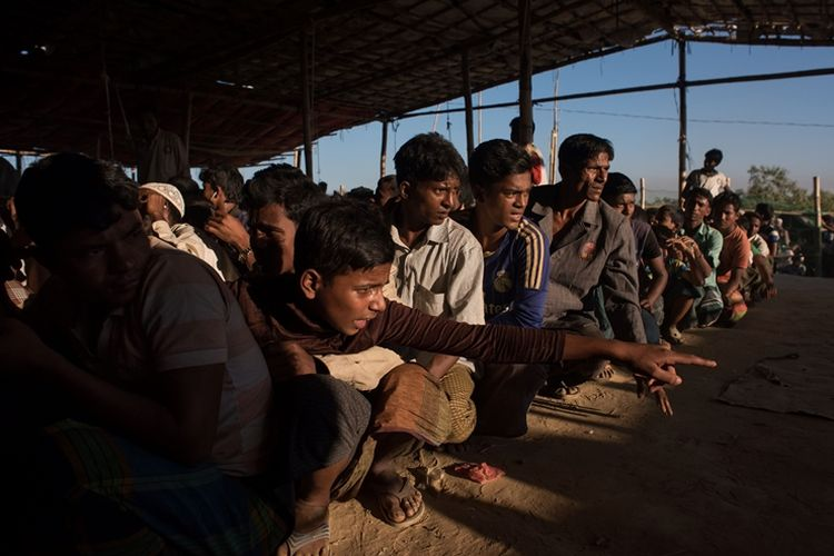 Para pengungsi Rohingya mengantre untuk mendapat bantuan makanan di kamp Kutupalong di Coxs Bazar, Bangladesh.