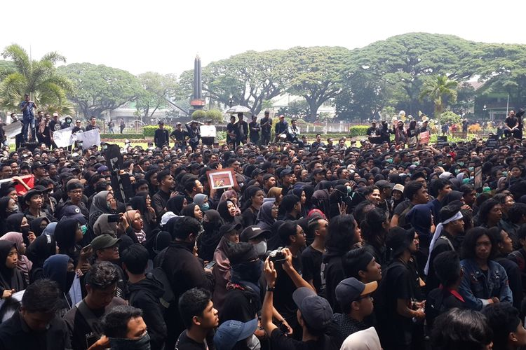 Ribuan mahasiswa menggelar aksi demonstrasi di depan gedung DPRD Kota Malang memprotes sejumlah RUU, Senin (23/9/2019)