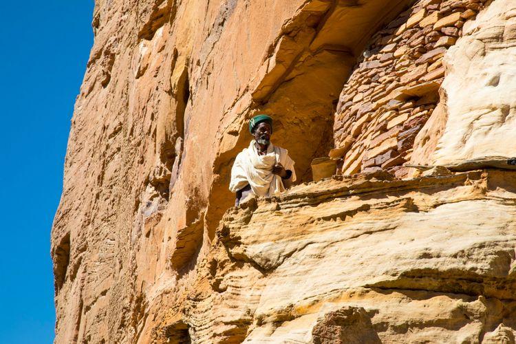 Salah satu sudut gereja yang berada di dinding tebing di Etiopia.