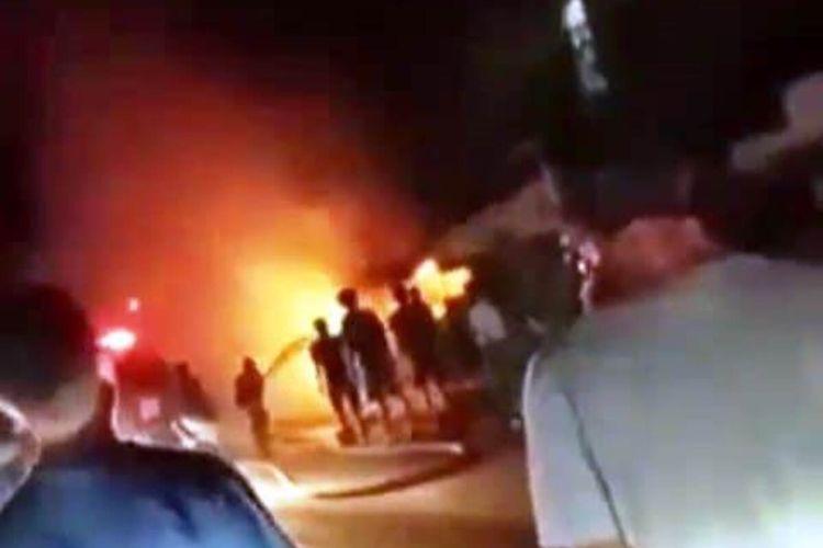 Kobaran api membakar sebuah pom bensin mini di Cianjur, Jawa Barat, Kamis (29/4/2021). Kebakaran dipicu percipan api dari petasna paralon yang dimainkan anak-anak.