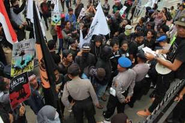 ratusan pengunjuk rasa terlibat aksi saling dorong dengan petugas kepolisian, Rabu (26/10/2016) KOMPAS.com / Gusti Nara
