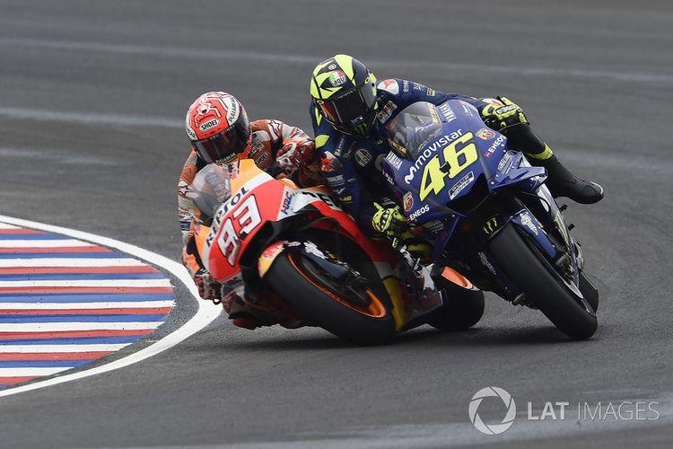 Senggolan antara Marquez dan Rossi di GP Argentina April 2018, berujung terjatuhnya Rossi.