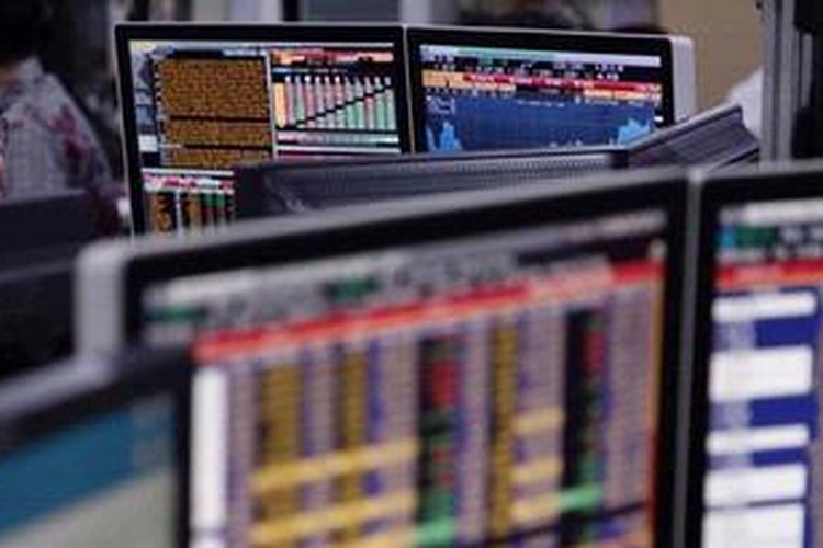 Ilustrasi aktivitas di bursa saham. KOMPAS/PRIYOMBODO