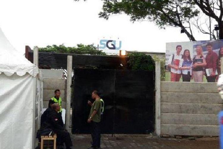 Pihak keamanan terlihat melakukan penjagaan di area Kampus SGU yang sudah dipasangi pagar beton oleh PT BSD.