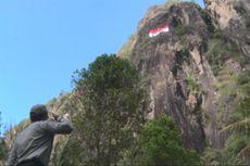 Bendera Berukuran Besar Berkibar di Tebing Tertinggi Jawa Timur