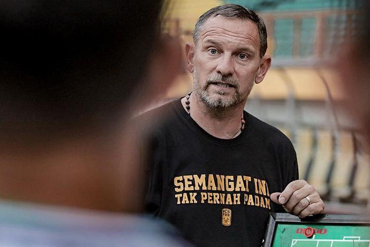 Pelatih Dejan Antonic saat skuad PS Sleman saat uji coba melawan tim Munial Sport Group (MSG) di Stadion Wibawa Mukti, Cikarang, Kabupaten Bekasi, Jawa Barat, Selasa (15/6/2021), sore.
