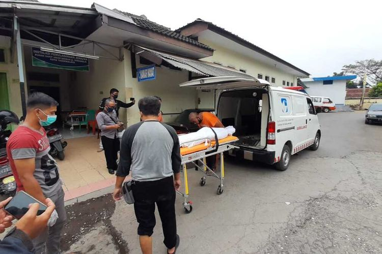 Mayat bocah bercelana SD yang ditemukan tewas dengan mulut berbusa di trotoar Terminal Type A Tasikmalaya, dibawa keluarganya untuk dimakamkan di kampung halamannya Desa Waluya, Kecamatan Cicalengka, Kabupaten Bandung, Sabtu (8/8/2020).