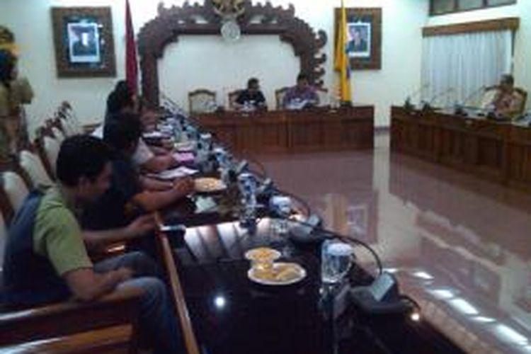 Perwakilan 52 calon TKI asal Bali yang menjadi korban penipuan perusahaan agen TKI mendatangi Kantor DPRD Bali, Selasa (16/7/2013).
