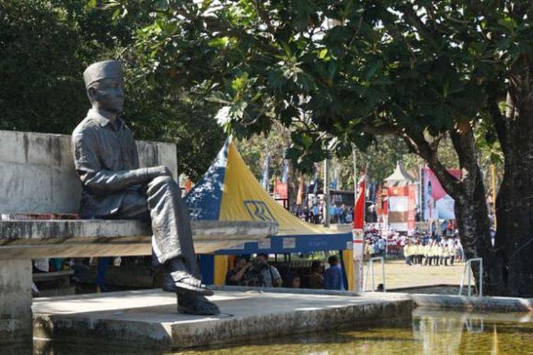 Patung Bung Karno duduk di lapangan Pancasila yang disebut juga Taman Renungan di Ende, Nusa Tenggara Timur.