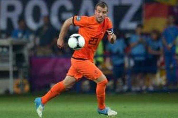 Rafael van der Vaart alami cedera betis.