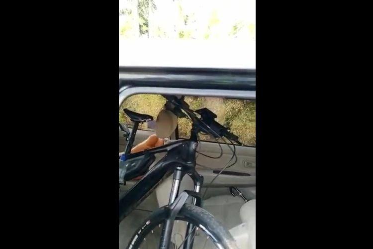 Membawa sepeda di dalam mobil