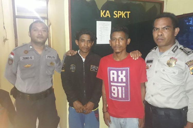 Herman radig (33) dan Albinus Son (25), pelaku penganiaya ayah kandung mereka di Manggarai Timur, NTT, saat diamankan polisi.