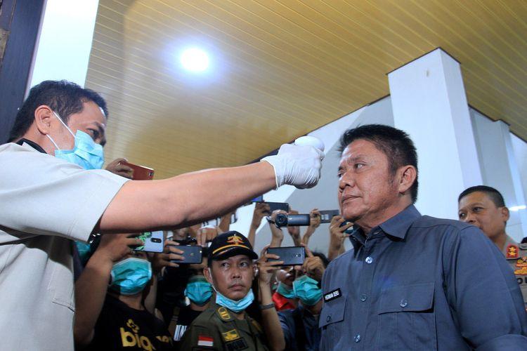 Gubernur Sumatera Selatan Herman Deru saat diperiksa suhu tubuh ketika hendak melakukan rapat tertutup membahas perkembangan virus corona, Senin (16/3/2020). Dari hasil rapat tersebut, Sumsel ditetapkan di level waspada.