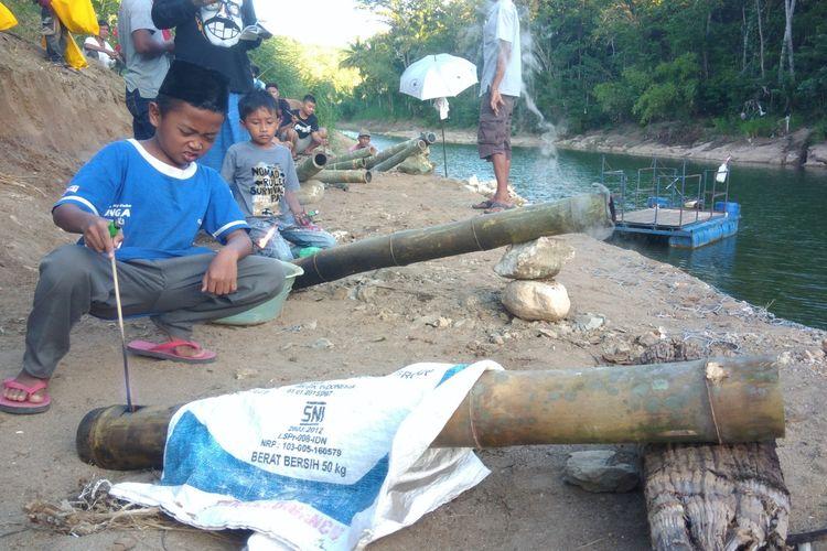 Menyalakan Long Bambu di Pinggir Sungai Oya, Tradisi Masyarakat Desa Beji, Kecamatan Patuk, Gunungkidul