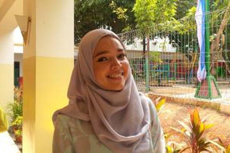 Penyanyi dan artis peran Dewi Sandra diabadikan di Masjid Akbar Kemayoran, Jakarta Pusat, Senin (21/9/2015).