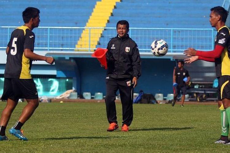 Jafri Sastra (tengah), ketika masih menjadi pelatih Mitra Kukar dan memantau sesi latihan timnya di Stadion Kanjuruhan, Kabupaten Malang, Sabtu (16/1/2016). Kini, Jafri Sastra diberi kepercayaan menjadi pelatih Persipura Jayapura.