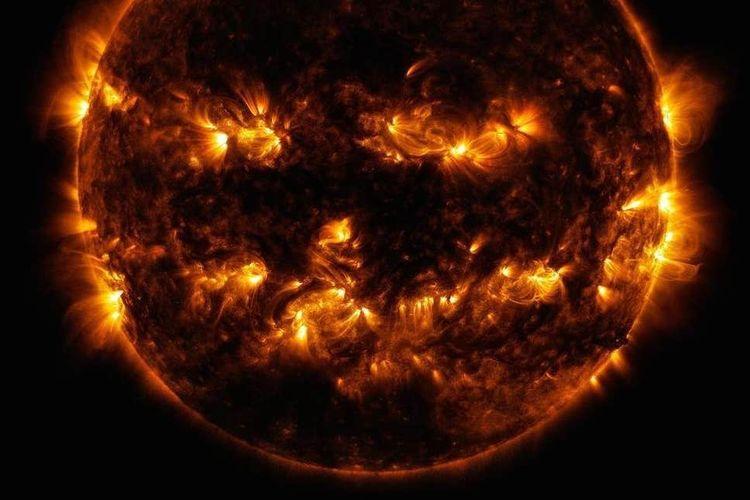 Pada 2014, permukaan Matahari tampak seperti wajah Jack-O-Lantern
