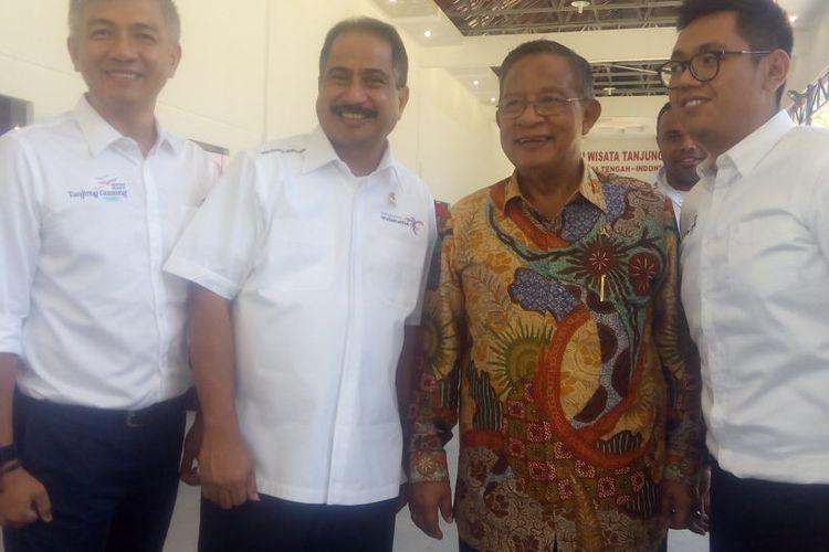 Menteri Koordinator Bidang Perekonomian, Darmin Nasution (kedua kanan) berfoto bersama usai kunjungan di Pulau Belitung, Provinsi Bangka Belitung, Kamis (14/3/2019).