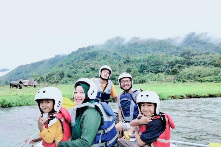 Wisatawan berfoto di atas lokasi Arung Jeram, Lukup Badak, Kecamatan Pegasing, Kabupaten Aceh Tengah, Rabu (7/1/2021).