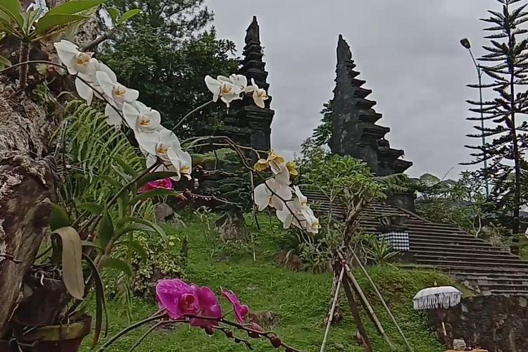 Gapura yang terdapat di Pura Jagatkarta, Kabupaten Bogor, Minggu (2/2/2020).