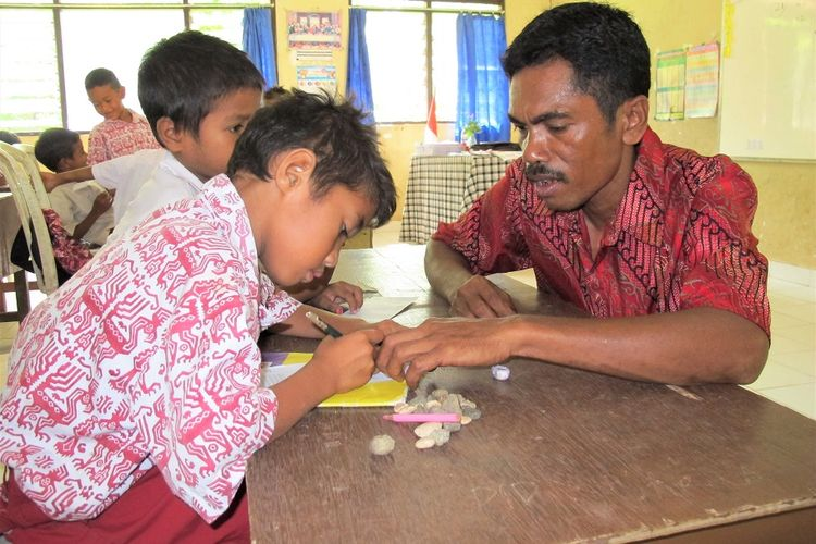 Guru SDN Kadahang, Kecamatan Haharu, Kabupaten Sumba Timur, Nusa Tenggara Timur (NTT), menggunakan bahasa daerah setempat dalam proses belajar mengajar di sekolah