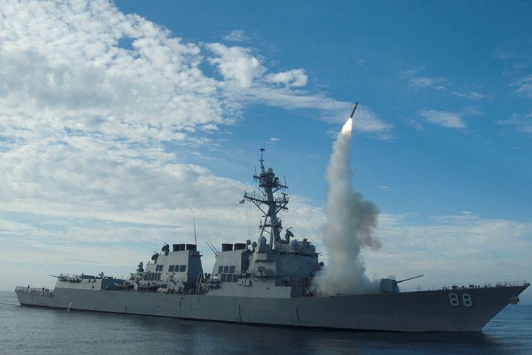 Foto ini memperlihatkan kapal perang USS Preble menembakkan rudal Tomahawk dalam sebuah latihan di perairan California pada 29 September 2010.