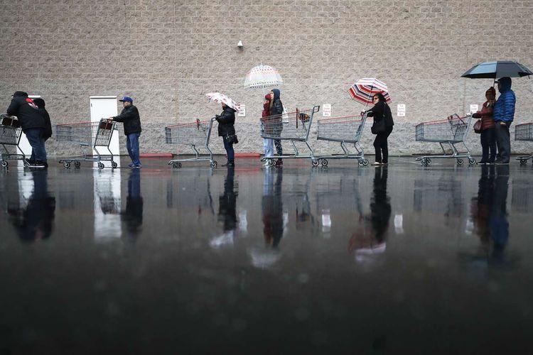 Warga menjaga jarak aman saat mengantre berbelanja di supermarket di Glendale, California, Amerika Serikat, 14 Maret 2020. Menjaga jarak aman antar warga merupakan salah satu cara yang dianjurkan untuk mencegah penyebaran virus corona.