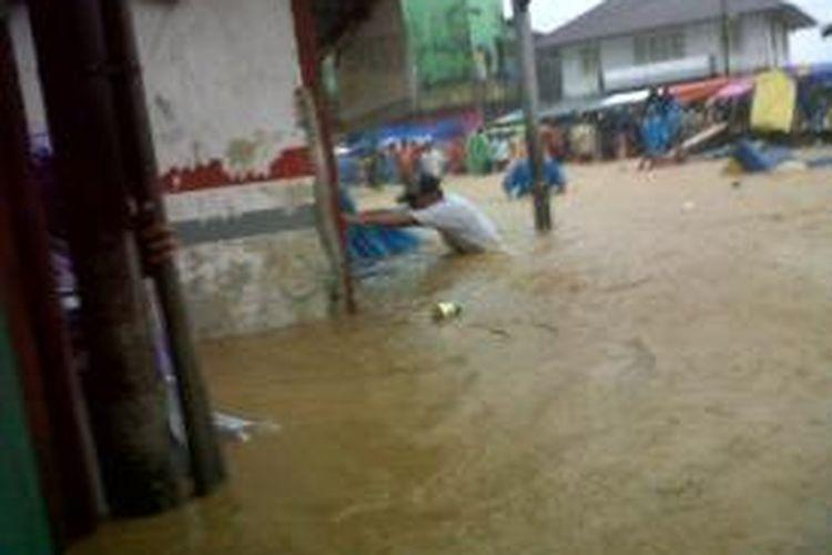 Banjir melanda Kota Ambon, Maluku, Selasa (30/7/2013). Menurut data Badan Penanggulanan Bencana Daerah (BPBD) Ambon, delapan orang meninggal, tujuh orang hilang, dan puluhan lainnya terluka akibat bencana tersebut.