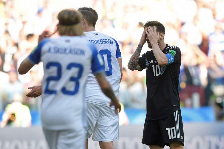 Reaksi pemain Argentina Lionel Messi seusai laga pertandingan Argentina melawan Islandia, penyisihan Grup D Piala Dunia 2018 di Otkrytiye Arena, Sabtu (16/6/2018). Pertandingan berakhir imbang 1-1, setelah Messi gagal memanfaatkan peluang tendangan penalti pada babak kedua.