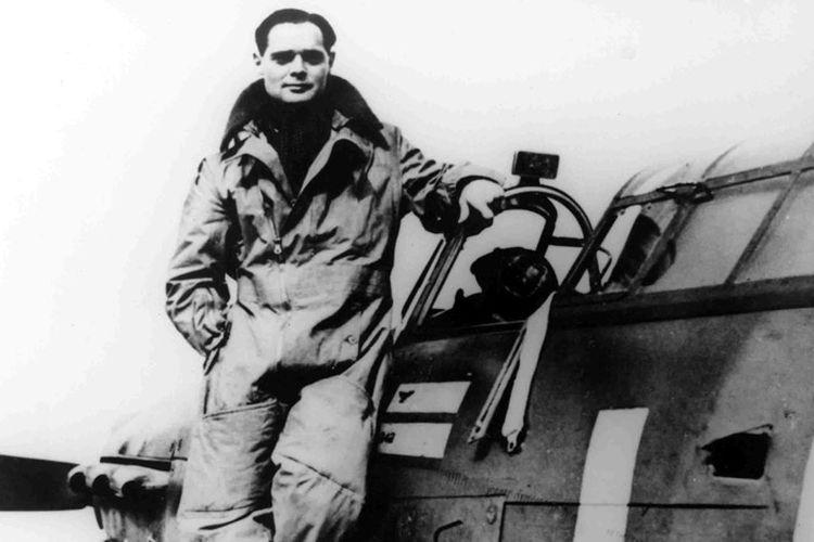 Kedua kaki Douglas Bader diamputasi, tapi pilot ini tetap tangguh di udara dan menjadi pahlawan perang Inggris.