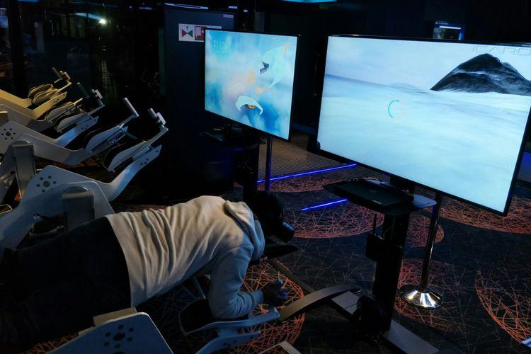 Suasana tempat bermain game virtual reality di Kapal Pesiar World Dream