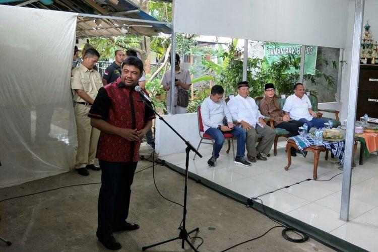 Presiden KSPI Said Iqbal berbicara di depan Wakil Gubernur DKI Jakarta Sandiaga Uno di aula RW 03 Kalisari, Minggu (28/1/2018).