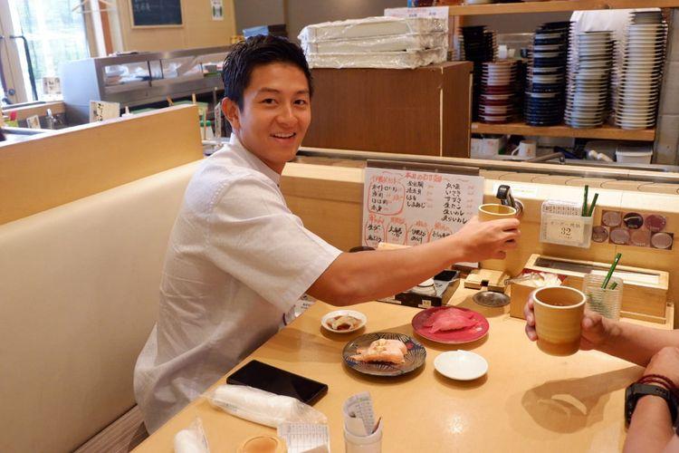 Rio Haryanto menikmati hidangan sushi di sebuah pusat perbelanjaan di Kota Suzuka usai balapan pada hari Minggu (23/6/2019).