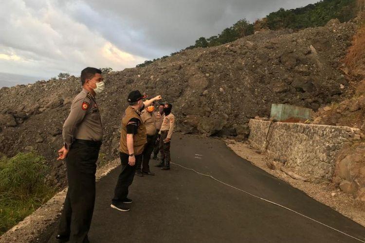 Wakil Bupati Sitaro John Palandung bersama aparat kepolisian memantau lokasi akses jalan penghubung Odong-Batubulan yang masih tertutup guguran lava atau material Gunung Karangetang.