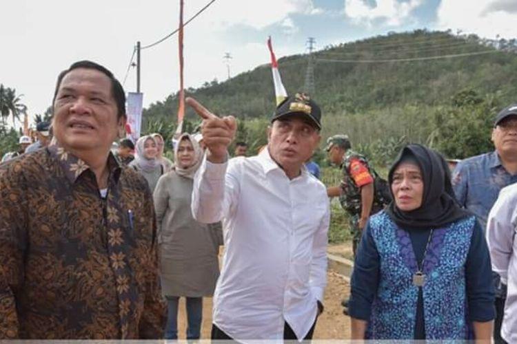 Wali Kota Padang Sidempuan Irsan Efendi Nasution bersama Gubernur Sumatera Utara Edy Rahmayadi mengungsi bangunan rumah program BSPS di Desa Purba Tua, Padang Sidempuan, Minggu (23/2/2020).