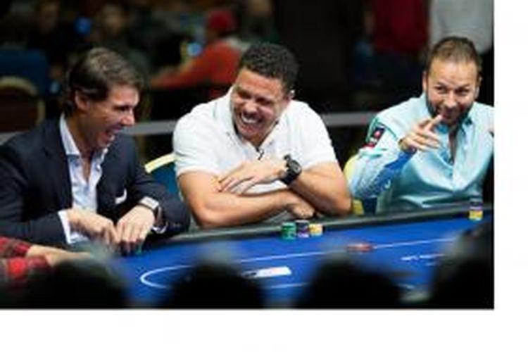 Petenis Spanyol, Rafael Nadal (kiri), dan mantan bintang tim nasional Brasil, Ronaldo (tengah), ketika bermain poker.