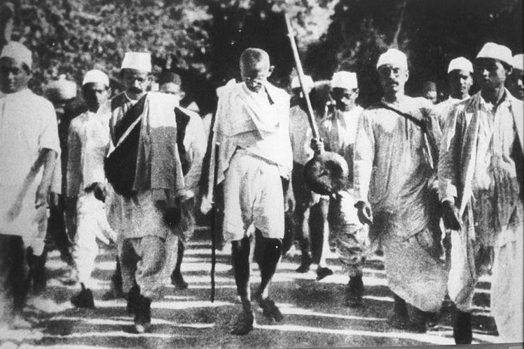 Mahatma Gandhi saat memimpin 'long march' menentang monopoli garam yang diberlakukan pemerintah kolonial Inggris.