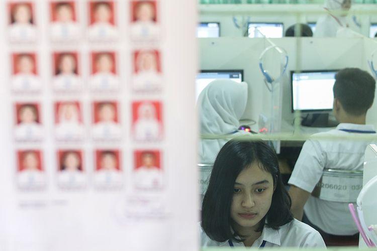 Siswa mengikuti Ujian Nasional Berbasis Komputer (UNBK) di Sekolah Menengah Atas (SMA) 70 Bulungan, Jakarta, Senin (1/4/2019). Sebanyak 2.019.680 siswa Sekolah Menengah Atas (SMA) dan Madrasah Aliyah (MA) di seluruh Indonesia mengikuti UNBK yang diselenggarakan pada 1, 2, 4, dan 8 April 2019.