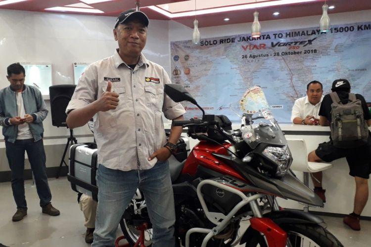 Gunadi (41), pria yang akan memulai perjalanan dari Jakarta ke Pegunungan Himalaya di Nepal dengan mengendari sepeda motor Viar Vortex 250.