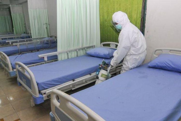 Petugas menyiapkan peralatan kesehatan di ruang isolasi pasien Covid-19 di Stadion Patriot Chandrabhaga, Bekasi, Jawa Barat, Rabu (09/09)