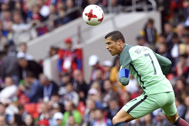 Penyerang Portugal, Cristiano Ronaldo, menyundul bola dalam pertandingan penyisihan Grup A Piala Konfederasi melawan Rusia di Stadion Spartak, Moscow, Rabu (21/6/2017).