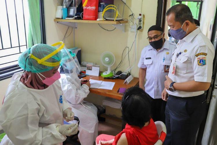 Wali Kota Administrasi Jakarta Utara Ali Maulana Hakim meninjau pelaksanaan vaksinasi Covid-19 bagi lansia di RSUD Pademangan, Jakarta Utara pada Rabu (24/2/2021).