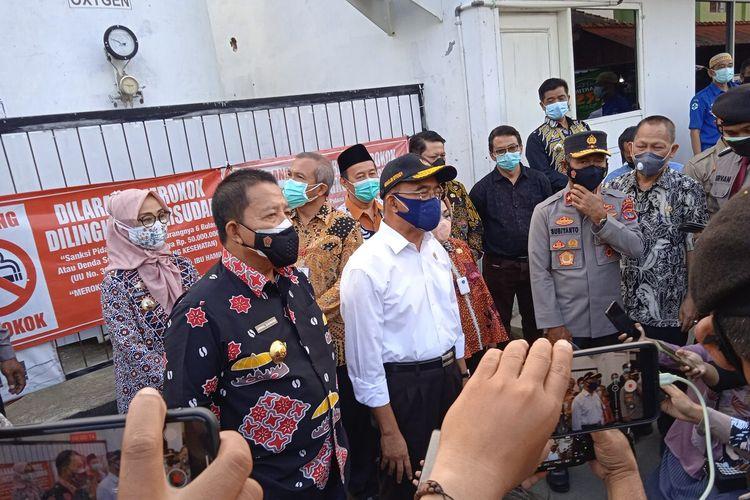 Menko PMK Muhadjir Effendy saat meninjau ketersediaan tabung oksigen di RS Abdul Moeloek, Bandar Lampung, Kamis (8/7/2021).