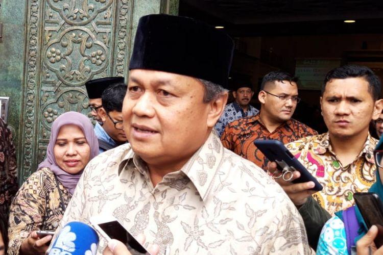 Gubernur Bank Indonesia Perry Warjiyo ketika ditemui awak media selepas Sholat Jumat di Masjid BI, Jumat (9/11/2018).